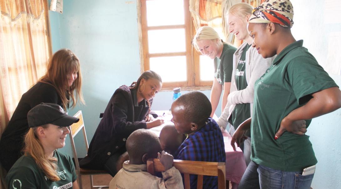 ケニアで看護インターンが患者の診察の視察を通した学習に取り組む